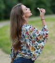 bluza-cu-maneci-foarte-largi-imprimeu-alb-cu-flori
