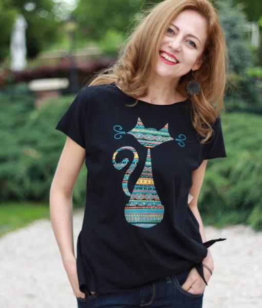 tricou-negru-despicat-pe-lateral-cu-pisica-etnica (1)