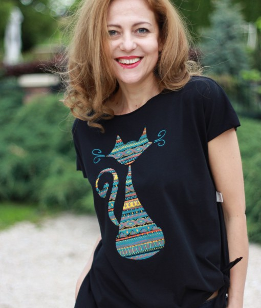 tricou-negru-despicat-pe-lateral-cu-pisica-etnica