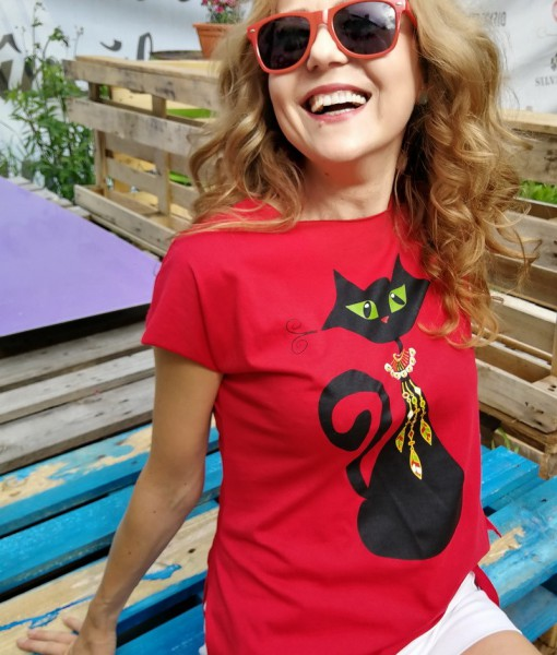 tricou-rosu-despicat-pe-lateral-cu-pisica-neagra-cu-margele-boho (2)
