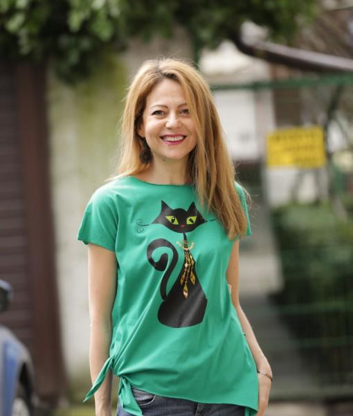 tricou-verde-despicat-pe-lateral-cu-pisica-neagra-cu-margele-boho